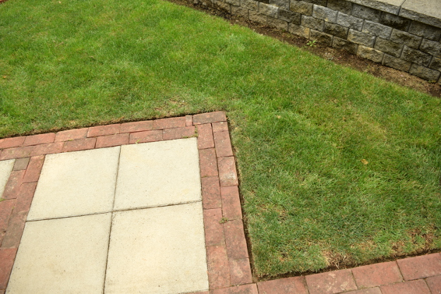shady garden zigzag lawn edging 082215 264